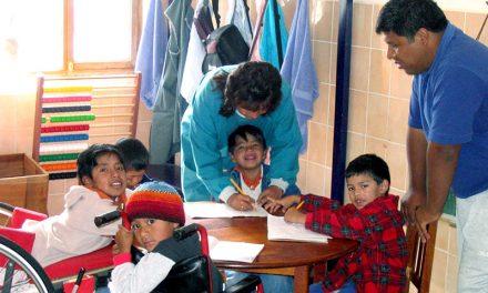 San Juan de Dios de León con los niños con discapacidad de Bolivia