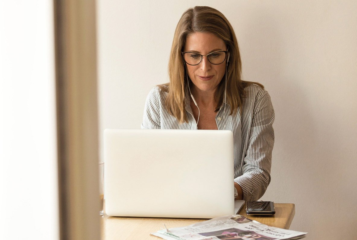 Mujer trabajando en el ordenador
